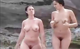 Amateur beach voyeur caught two naked curvy girls